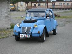 Este Citroën 2CV Sahara salió de fábrica en 1961, aunque fue retocado en Suiza en la década siguiente. Como buen Sahara, deriva del 2CV AZL y se mueve con do...