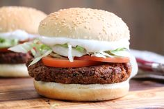 Black Bean Veggie Burger - This recipe capture that unique hamburger texture, which is greatly lacking in so very many mushy veggie burgers. And it is so easy to make. This is the Veggie Burger Recipe You've Been Waiting For! Black Bean Burgers, Black Bean Veggie Burger, Black Burger, Vegan Veggie Burger, Burger Recipes, Vegetarian Recipes, Veg Burger Patty Recipe, Vegan Burger Recipe Easy, Veggies