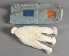 Trois rares écheveaux en très fin fil de coton «Gassed Lace Thread» E.Peat, Son & Co. Nottingham, XIXe siècle. Trois écheveaux constitués de dix échevettes chacun, en très fin fil de coton crème pour… - Coutau-Bégarie - 26/10/2016