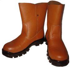 Jual Sepatu Safety Online dengan Harga Murah, Tokootomotif.com menjual berbagai macam sepatu safety paling lengkap, tersedia safety belt, helm safety, dll.