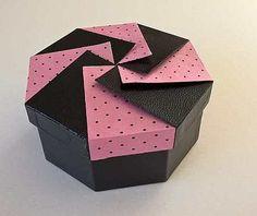 Bonjour à tous ... Plus un carré, mais pas encore un cercle, régulier ou irrégulier, l'octogone se prête avec douceur à la technique. Mais gare à l'imprécision !!! :-))) *********** C'est Marion B qui a réalisé celle-ci : couvercle origami interprétation...