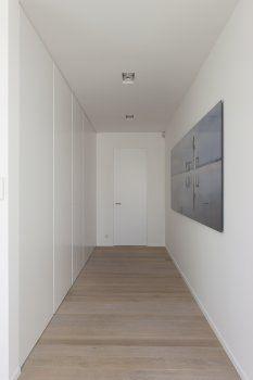 eva : idee van 'verstopte deuren' waar de deuren één lijn vormen met de kasten op de gang