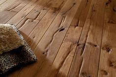Ein Holzboden.mit Dellen. Find ich nicht schlecht. Hat Charakter