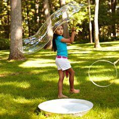 Como fazer bolhas de sabão resistentes (e gigantes!) http://www.mildicasdemae.com.br/2012/12/como-fazer-bolhas-de-sabao-resistentes-e-gigantes.html