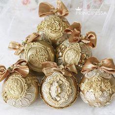 """Набор новогодних шаров """"Золото""""  Есть в наличии. Цена 3500р В набор входит: -6 пластиковых шаров размером 8см -коробка в которой хранятся шары. #аксессуары #шары #новогодниешары #елочныешары #елочныеукрашения #елочныеигрушки #новогодниеукрашения #ручнаяработа #хобби #хендмейд #шебби #шеббишик #скрап #скрапбукинг #декупаж #декор #новыйгод #handmade #shabby #золото"""