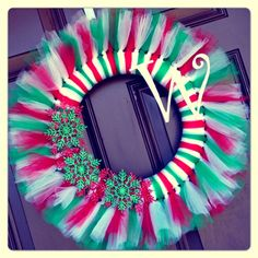 Tulle Wreath Ideas | Christmas Tulle Initial Snowflake Wreath | Craft Ideas Tulle Crafts, Wreath Crafts, Diy Wreath, Xmas Crafts, Christmas Projects, Tulle Projects, Christmas Holidays, Wreath Ideas, Wreath Making
