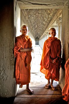 These two young monks were standing in a doorway at Angkor Wat, Cambodia. We Are The World, People Around The World, Tibet, Vietnam, Theravada Buddhism, Tribal People, Buddhist Monk, Gautama Buddha, Zen Art