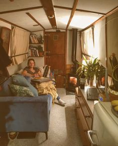 Is it really possible to live on a houseboat?different types of houseboats that are commonly used as fulltime dwellings of vacation homes. Small Space Living, Small Spaces, Living Spaces, Van Living, Tiny House Living, Canal Boat Interior, Trailers, Narrowboat Interiors, Houseboat Living