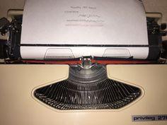Tragbare mechanische Reiseschreibmaschine der Marke Privileg,Modell «270S», Seriennummer, 31107014 mit kursiver Schrift.Die Schreibmaschine ist voll funktionsfähig, in dem Originalkoffer mit Kofferverschluss.Diese Schreibmaschine hat eine schöne kursive Schrift, es ist ein sehrseltenes Modell.Mechanische Schreibmaschinen mit kursiver Schrift gab es, imVerhältnis zu denen mit «normaler» Schrift, nur selten.Die Maschine ist gereinigt, geölt und getestet. Farbband ist mit dabei.Ein sehr schönes…