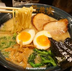 Nikutama Men  (Ramen in Simmered Pork Ribs Broth, Roasted Pork, Half-boiled Shoyu Egg) #เก็บตก ราเมงสามกระทะในตำนาน ซุปเคี่ยวจากกระดูกหมูจนข้น เส้นไม่เล็กไม่ใหญ่เหนียวนุ่ม ไข่ต้มมะตูมที่ต้มกับซอสโชยุ สุดท้ายคือหมูชาชูติดมัน ย่างมาหอมละลายในปาก! คิวยาวแต่คุ้มบอกเลย!! ¥1,050 Mutekiya - Minami Ikebokuro (Ikebokuro Sta.), Tokyo, Japan #biggertummy #biggertummyxtokyo #biggertummyxjapan2016 #biggertummyxjapan --------------------------------------------
