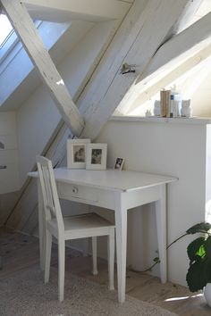 www.cottage-holiday.ch 3 romantische Ferienzimmer Shabby, Office Desk, Dining Table, Cottage, Holiday, Furniture, Home Decor, Rural House, Homemade Home Decor