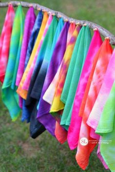 Summer Tie Dye Crafts on Frugal Coupon Living. Summer Bucket List Ideas for Kids including Tie Dye Ideas for your summer calendar. How To Tie Dye, Tie And Dye, How To Dye Fabric, Dyeing Fabric, Shibori, Tie Dye Folding Techniques, Ty Dye, Diy Tie Dye Shirts, Bleach Shirts