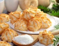coconut macaroons- Kokosmakronen Delicious and easy to bake: Recipe for fine coconut macaroons, which are always welcome as a souvenir. Coconut Muffins, Coconut Macaroons, Coconut Cookies, Cookie Recipes, Snack Recipes, Snacks, Desserts With Biscuits, Macaroon Recipes, Biscuit Cookies