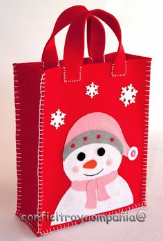 Resultado de imagen para bolsas de pan navideña Family Christmas Outfits, Christmas Gift Bags, Felt Christmas, Christmas Ornaments, Christmas Projects, Felt Crafts, Holiday Crafts, Fabric Crafts, Felt Decorations