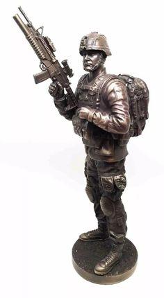 escultura de soldado en guardia de 32 cm en acabado bronce