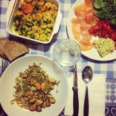 Cena: spaghetti cozze vongole e fagiolini, pane integrale tostato con avocado salmone pomodorini e rucola, gamberi saltati con zucchine e curcuma