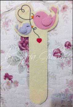Eu Amo Artesanato: Marca página com molde Cute Bookmarks, Cross Stitch Bookmarks, Sewing Crafts, Sewing Projects, Felt Bookmark, Felt Books, Book Markers, Felt Decorations, Felt Applique
