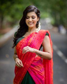 Anju Kurian is an Indian film actress who appears mainly in Malayalam films. Kavi Uddheshichathu and the 2018 film Njan Prakashan. . Follow us at instagram @reelpettiofficial www.reelpetti.com . #priyankamohan #reelpetti #reels #reelpetty #reelsinstagram #actressgallery #actress #tamilactress #kollywoodactress #tamilcinema #cinemagallery #cinewoods #tollywood #mollywood #behindwoods #டோலிவுட் #கோலிவுட் #ரெஜினா #சினிமா #சினிமாசெய்திகள் #தமிழ் சினிமா #தமிழ்ஆக்டர்ஸ் #தமிழ்நடிகைகள் Beautiful Girl In India, Beautiful Girl Photo, Beautiful Saree, Beautiful Indian Actress, Beautiful Actresses, Beautiful Ladies, Half Saree Lehenga, Green Lehenga, Red Saree