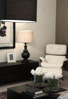 Je kunt je tv-meubel ook gebruiken als dressoir! Interior Exterior, Modern Interior, Interior Architecture, White Eames Chair, Cuisines Design, Home And Deco, Black Decor, Living Room Interior, Interior Design Inspiration