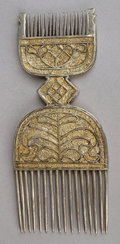 Double comb made of wood overlaid with silver and gold leaf. Afro Comb, Hair Comb Clips, Crown Hairstyles, African Hairstyles, African Beauty, African Art, African Wood Carvings, Tribal Hair, Decorative Hair Combs