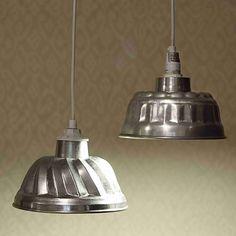 Kattolampulle voi tehdä hauskan varjostimen alumiinisesta kakkuvuoasta. Katso Unelmien Talo&Kodin ohje ja tee itse hauska lampunvarjostin!