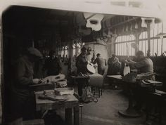 1932, fabrication of the Selmer Maccaferri, in the fabric in Mantes, in the middle Mario Maccaferri