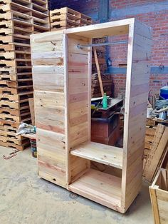 You will probably be finding the use of wood pallet closet/wardrobe interesting catch up in almost all the houses. Besides setting the wardrobe creations out of the plastic or steel use, it would be suitable to alternate out the wood pallet as one of the durable option out of it.