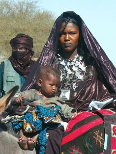 Africa | Tuareg mother and child.  Niger | ©Yelema, via flickr