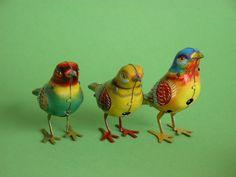 Una serie di uccellini in latta dipinta che, caricati con la chiavetta, zampettavano allegramente.
