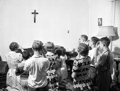 Chapelet en famille, 1968. Centre d'archives de Montréal, Fonds ministère de la Culture, des Communications et de la Condition féminine (E6, S7, SS1, D55821). Photographe non identifié. Culture, Photos, Photo Wall, Concert, Antique, Prayer Beads, Boyfriend, Photography, October