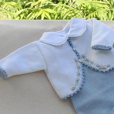 Conjunto de crochê e botões rococó em azul bebê - muito amor! #maternidade #enxovaldebebe #maedemenina