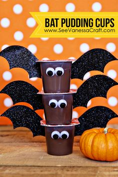 crafty days of halloween) bat pudding cups Adorable bat pudding cups for a spooky good time! Great Halloween snack idea that is perfect for nut-free school parties! The post crafty days of halloween) bat pudding cups appeared first on Halloween Treats. Comida De Halloween Ideas, Dulceros Halloween, Halloween Class Party, Halloween School Treats, Halloween Goodies, Holidays Halloween, Kindergarten Halloween Party, Halloween Snack Ideas, Halloween Classroom Decorations