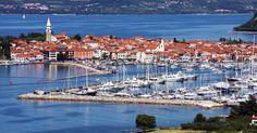 Vysoko na žebříčku letních destinací Slovinska je Izola. Nejen díky jedné ze svých pláží, která je nejlepší v zemi, ale i pro historické jádro a místní zábavu.