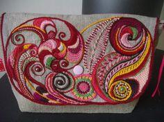 Toujours dans l'idée de relever le défi de Mme KA..........yakafaire.canalblog.com.....je vous montre une superbe broderie main (toujours pas des miennes), elle est brodée sur du lin, et montée en pochette à rabat et zippée. L'intérieur est en coton....