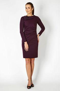 Fioletowa sukienka z długim rękawem i oryginalnym dodatkiem