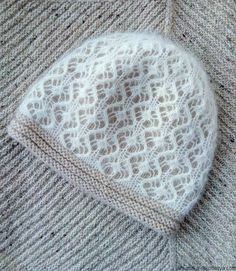 More photos on Ravelry, but the pattern is from the knitter's private collection; sadly, this beautiful pattern is not available to us. Lace Knitting, Knitting Stitches, Knitting Patterns, Crochet Patterns, Hat Patterns, Bonnet Crochet, Knit Crochet, Crochet Hats, Knit Mittens