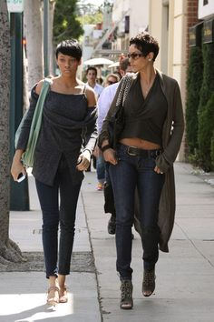 Nicole Murphy and daughter Bria - mother and daughter LA style (i hope i can roll with my daughter and look like this! My Black Is Beautiful, Beautiful People, Celebrity Moms, Celebrity Style, Look 2018, Black Girls Rock, Jennifer Lawrence, Black Women, Short Hair Styles