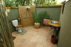 In a tropical climate, the ultimate luxury resort or spa provides complete outdoor bathroom! You can enjoy the same benefits at home with your own outdoor spa. Indoor Outdoor Bathroom, Outdoor Baths, Outdoor Spa, Outdoor Decor, Outdoor Showers, Best Kitchen Sinks, Bathroom Gallery, Beach Bathrooms, Home Spa