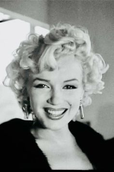 Photo gallery of Marilyn Monroe, last update Collection with 2214 high quality pics. Hollywood Icons, Golden Age Of Hollywood, Hollywood Glamour, Angelina Jolie, Marilyn Monroe Artwork, 50s Hairstyles, Norma Jeane, Tips Belleza, Movie Stars