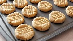 4 Ingredient Peanut Butter Cookie - no flour. This recipe is perfect for the holiday season. Quick, easy and delicious 4 ingredient peanut butter cookies. Homemade Peanut Butter Cookies, Cinnamon Sugar Cookies, Paleo Cookies, Easy Cookie Recipes, Real Food Recipes, Dessert Recipes, Easy Recipes, Stevia Recipes, Peanut Butter