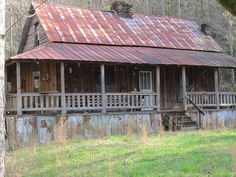 Old house in the mountains in east Tennessee Old Cabins, Log Cabin Homes, Cabins And Cottages, Old Abandoned Houses, Abandoned Buildings, Abandoned Places, Old Farm Houses, Back Road, Mountain Homes