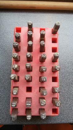 Met deze letters en cijfers ga ik iets slaan in het metaal dat op mijn pistool komt.