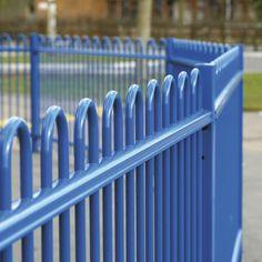 niebieskie panele ogrodzeniowe