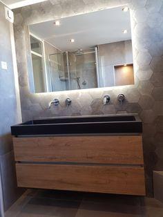 Hexagon tegels in een opgeleverde badkamer! Inbouwkranen, landelijk badmeubel.