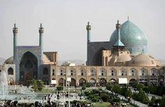 """Isfahan, ciudad turística de Irán, acoge dos lugares Patrimonio de la Humanidad. La plaza central """"Plaza del Imán"""" data de 1602, y la magnífica Mezquita del Imán (también denominada Mezquita del Shah, su promotor)."""