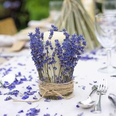 From wedding centrepieces to place cards and confetti, check out these 45 gorgeous wedding table decoration ideas before you buy any décor! Rustic Wedding Venues, Rustic Wedding Centerpieces, Flower Centerpieces, Wedding Decorations, Purple Table Decorations, Purple Table Settings, Cocktail Table Decor, Dinner Table, Table Confetti