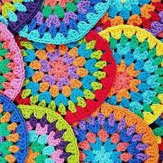 ¡Ya vienen los talleres de granny squares! Atentos que en las próximas horas lanzamos toda la información con las fechas de talleres de crochet básico, crochet intensivo, granny square y fiesta crocheteta... Qué buena elección de colores se mandó aquí @kamalicrochet #regalalocal #localsonly #grannysquare #granny #crochetaddict #ilovecrochet #yarn #tejer #tejido #knitting #knit #bedding #home #deco #decoracion #hechoamano #diy #living #frazada #manta #blanket #crochet #design #interiordesign…