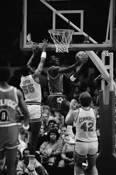 Fotografia de notícias : Chicago Bulls' star Michael Jordan leaps above. Michael Jordan Unc, Jordan 23, Michael Jordan Photos, Jeffrey Jordan, Jordan Bulls, Michael Jordan Chicago Bulls, Bulls Basketball, Basketball Legends, New York Knicks