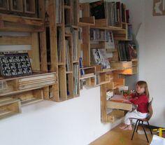 palette shelves Pallet Kids, Diy Pallet Wall, Pallet Shelves, Pallet Crafts, Room Shelves, Pallet Projects, Pallet Desk, Wall Shelving, Pallet Storage