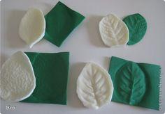 молды(использовала искусственные листики от букетов) и отпечатки на фоме.    Процесс : молд+ фоамиран+ ткань,+ утюг, подождать пока остынет = готово